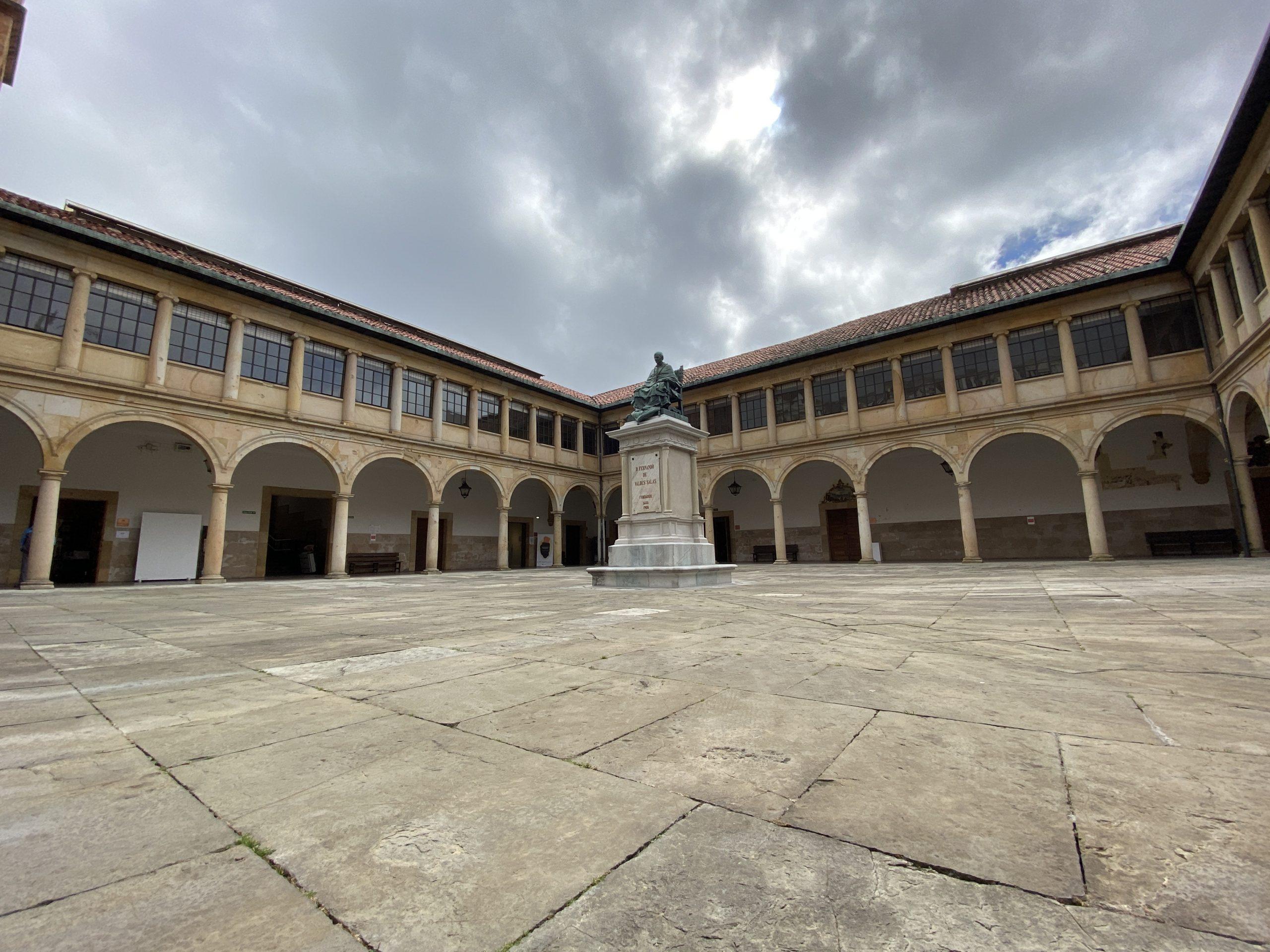 Patiu del edificiu históricu de la Universidá d'Uviéu
